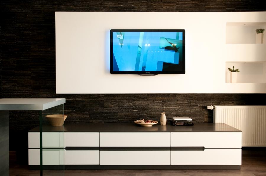 Ściana telewizyjna, kamień naturalny. Nowoczesny design.
