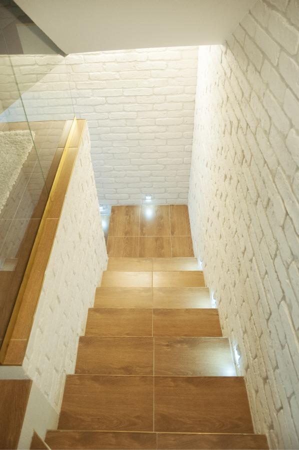 Wnętrze drewno fornir biała cegła