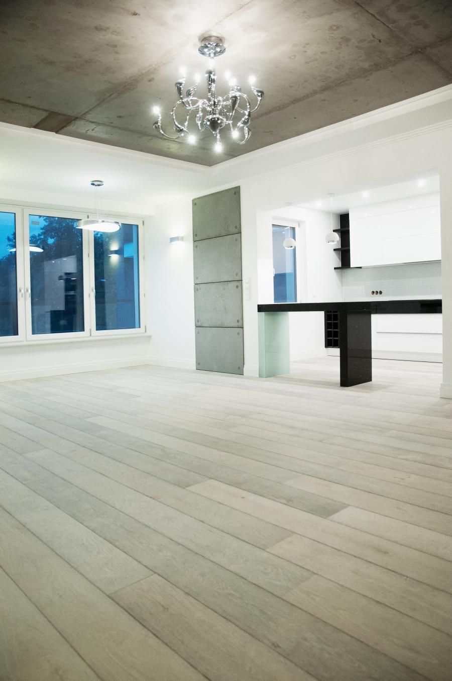 Nowoczesne wnętrze, podłogi chapel parket bleached white