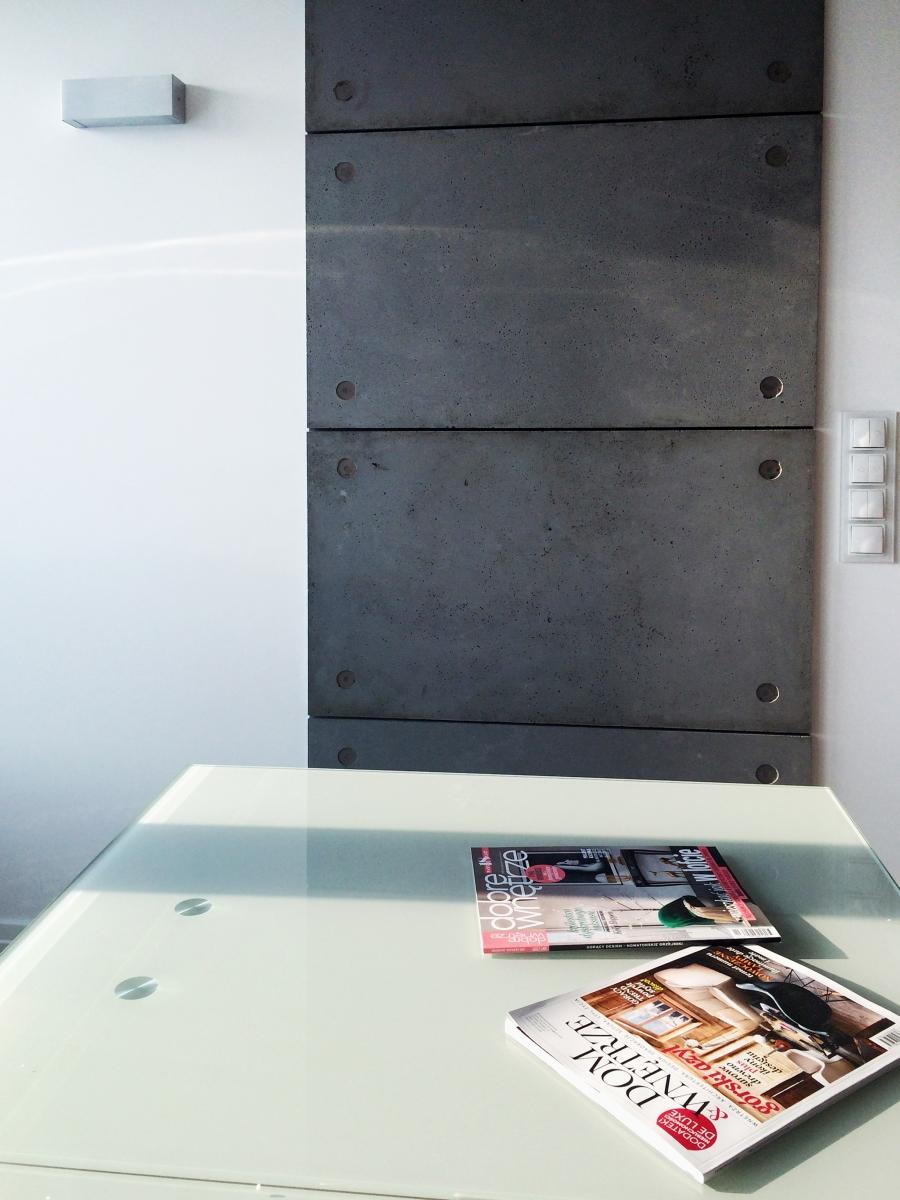 Nowoczesne wnętrze. Szklany stół, beton architektoniczny